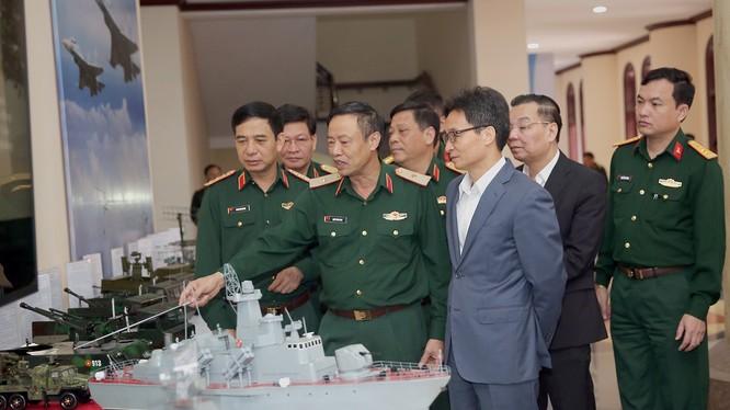 Phó Thủ tướng Vũ Đức Đam tham quan mô hình sản phẩm KHCN trưng bày tại hội nghị.