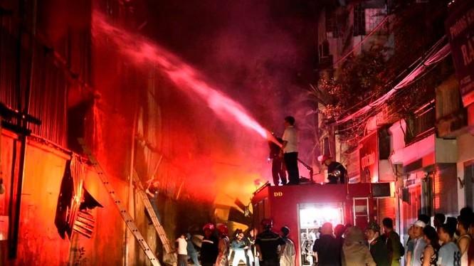 Vụ cháy kinh hoàng 4 giờ đồng hồ tại Nhà máy phích nước Rạng Đông.
