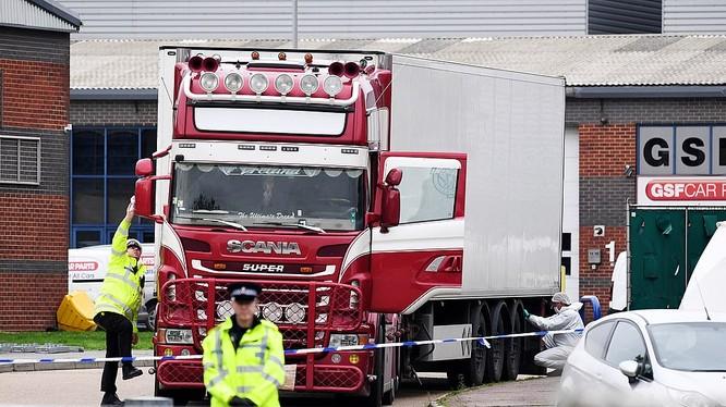 """Rạng sáng ngày 23/10 (giờ địa phương), cảnh sát Anh phát hiện 39 nạn nhân chết thảm trong """"cỗ quan tài kim loại"""" là chiếc thùng xe đông lạnh tới -25 độ C."""
