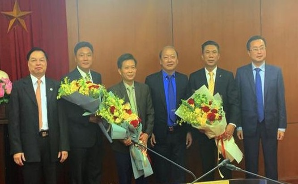 Lãnh đạo Ban Tuyên giáo Trung ương tặng hoa chúc mừng các cán bộ vừa được bổ nhiệm. (Ảnh: tuyengiao.vn)