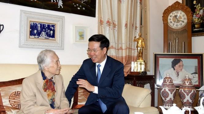 Ông Võ Văn Thưởng hỏi thăm sức khỏe đồng chí Nguyễn Thị Bình, nguyên Phó Chủ tịch nước, nguyên Bộ trưởng Bộ Giáo dục (1976-1987) nhân Ngày Nhà giáo Việt Nam 20/11. Ảnh: Tuyengiao.vn