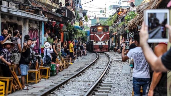 """Bộ GTVT cho rằng việc giải tỏa các vi phạm trên phố """"cà phê đường tàu"""" là để đảm bảo an toàn tính mạng cho người dân, du khách nước ngoài và gìn giữ, xây dựng nét văn minh, văn hóa trên địa bàn TP.."""