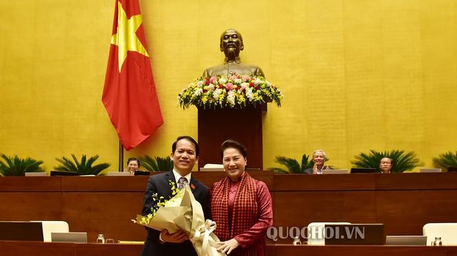 Chủ tịch Quốc hội Nguyễn Thị Kim Ngân chúc mừng ông Hoàng Thanh Tùng.