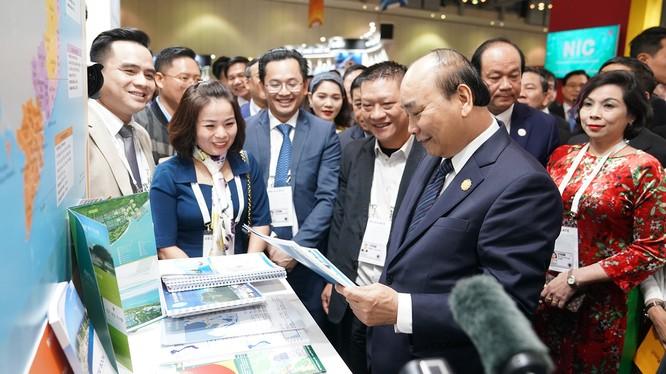 Thủ tướng thăm gian hàng Việt Nam tại Triển lãm Korea - ASEAN Invest.