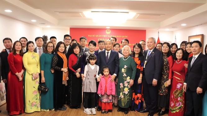 Thủ tướng và phu nhân thăm hỏi bà con kiều bào và gặp gỡ các trí thức trẻ Việt Nam tại Hàn Quốc.