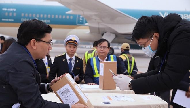 Cơ quan chức năng kiểm tra thông tin về thi hài, hài cốt ở sân bay Nội Bài. Ảnh: BNG