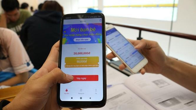 Vay online là mô hình kinh doanh mới được xây dựng trên nền tảng ứng dụng công nghệ số để kết nối trực tiếp người đi vay với người cho vay (nhà đầu tư) mà không thông qua trung gian tài chính.