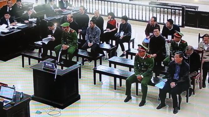 Bị cáo Nguyễn Bắc Son nghe LS. bào chữa công bố nội dung lá đơn của gia đình nói về việc thực hiện tâm nguyện khắc phục hậu quả.