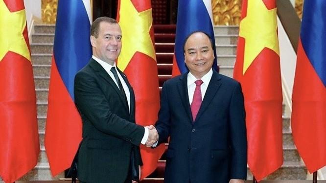 Thủ tướng Nguyễn Xuân Phúc đón Thủ tướng Dmitry Medvedev trong chuyến thăm chính thức Việt Nam, tháng 11.2018. Ảnh: Sputnik.