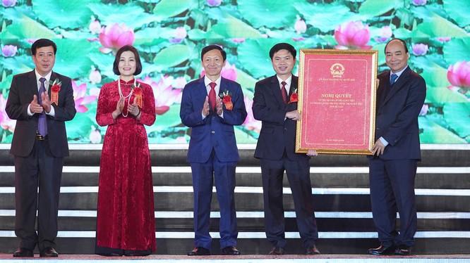Thủ tướng Nguyễn Xuân Phúc dự lễ công bố Nghị quyết của Ủy ban Thường vụ Quốc hội về việc thành lập thị xã Duy Tiên. Ảnh: VGP.