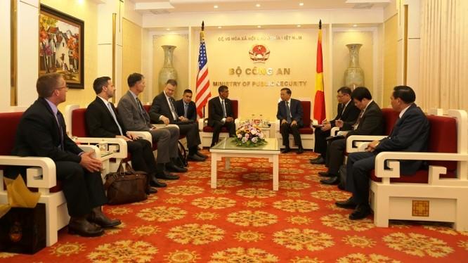 Bộ trưởng Tô Lâm tiếp xã giao ông Uttam Dhillon, Quyền Giám đốc DEA thuộc Bộ Tư pháp Hoa Kỳ. Ảnh: Bộ Công an.