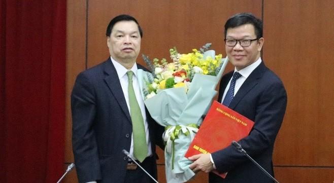 Phó Trưởng ban Tuyên giáo Trung ương Lê Mạnh Hùng (trái) trao Quyết định và tặng hoa chúc mừng ông Tống Văn Thanh. Ảnh: Tuyengiao.vn