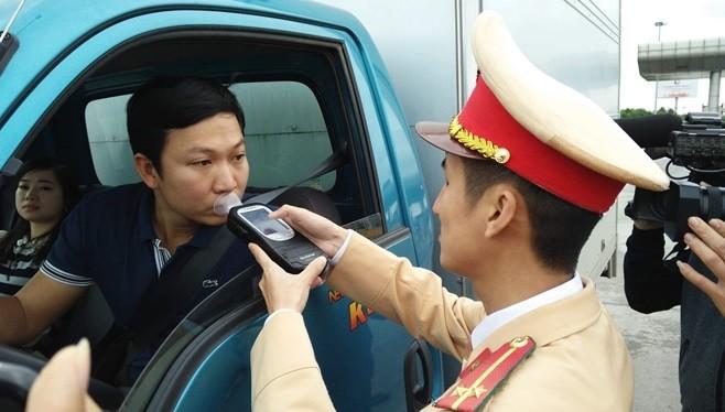 Đội tuần tra kiểm sát số 2 (Cục CSGT) kiểm tra nồng độ cồn của các lái xe đi vào cao tốc Hà Nội – Hải Phòng – Quảng Ninh. Ảnh: Hiệp Bình.