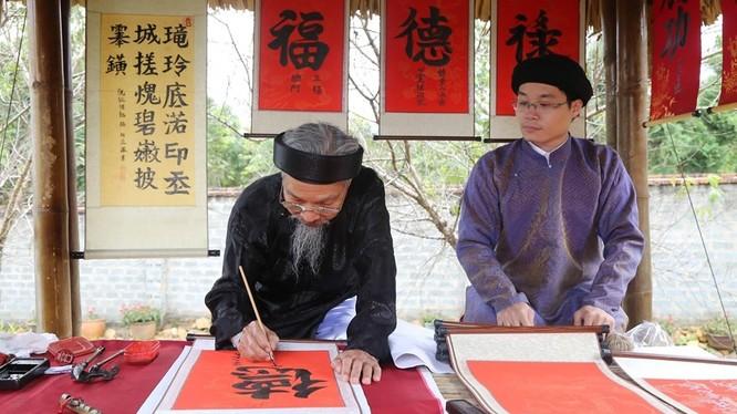 Ông đồ già Nguyễn Bá Dần năm nay đã 80 tuổi. Ảnh: Tú Uyên.