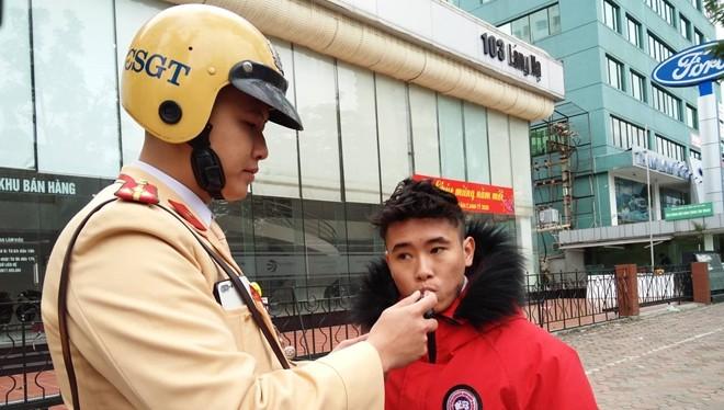 Lực lượng CSGT kiểm tra xử lý người tham gia giao thông vi phạm nồng độ cồn. Ảnh: Hiệp Bình