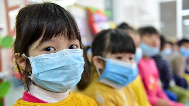 Hình ảnh học sinh tiểu học Hà Nội đeo khẩu trang trong lớp khiến nhiều người lo lắng. Ảnh; Báo Dân Trí