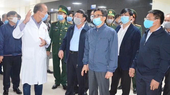 Phó Thủ tướng Chính phủ Vũ Đức Đam kiểm tra công tác chuẩn bị, các điều kiện phòng, chống dịch tại Bệnh viện cách ly đặc biệt TP Móng Cái. Ảnh: Nguyễn Thanh.