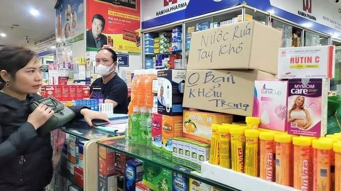 Sau 1 đêm, chợ thuốc lớn nhất Hà Nội đồng loạt đặt biển 'không bán khẩu trang, miễn hỏi'. Ảnh: Facebook.