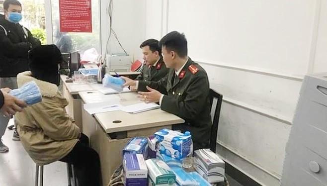 Cơ quan chức năng thu giữ lô hàng 47 thùng, mỗi thùng chứa 2.500 chiếc khẩu trang y tế. Ảnh: Hiệp Bình.