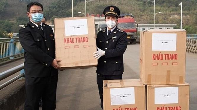 Hải quan Cửa khẩu Lào Cai tặng 10.000 khẩu trang cho Hải quan Hà Khẩu, Trung Quốc ngày 2/2. Ảnh: Báo Hải quan.
