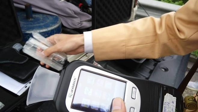 Ống thổi dạng hình phễu dùng để kiểm tra nhanh lái xe có sử dụng bia rượu hay không. Ảnh: Hiệp Bình.