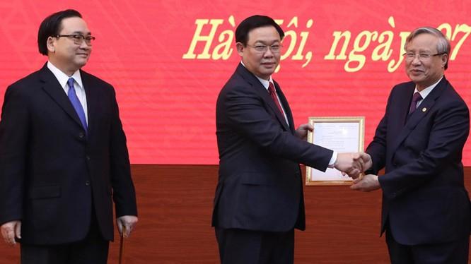 Thường trực Ban Bí thư Trần Quốc Vượng trao Quyết định của Bộ Chính trị phân công Phó Thủ tướng Vương Đình Huệ làm Bí thư Thành ủy Hà Nội nhiệm kỳ 2015-2020. Ảnh: chinhphu.vn