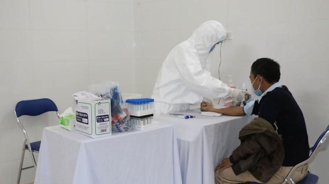 Bệnh nhân được bác sĩ Bệnh viện Cách ly đặc biệt TP Móng Cái thăm khám, lấy mẫu máu gửi đi xét nghiệm. Ảnh: website tỉnh Quảng Ninh.