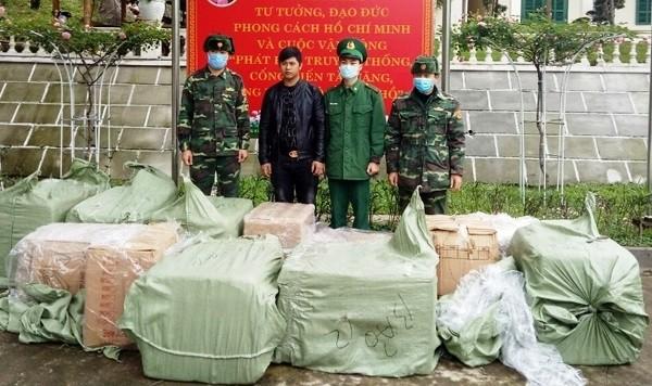 Đối tượng Tiến cùng tang vật bị lực lượng Bộ đội Biên phòng Quảng Ninh bắt giữ. Ảnh: CA tỉnh Quảng Ninh.