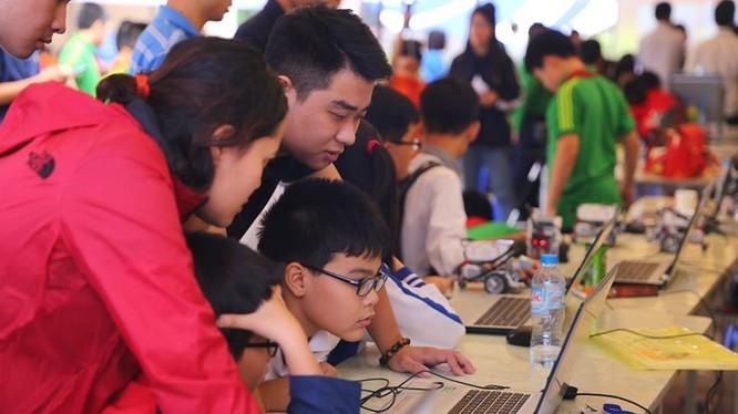 Việc chia sẻ vỡ lòng về an toàn trực tuyến từ những ngày đầu tiếp xúc với thiết bị công nghệ sẽ giúp con cởi mở hơn với cha mẹ về vấn đề này, đặc biệt là khi con lớn lên. Ảnh minh họa: Thục Vân.