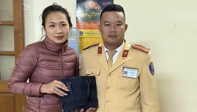 Chị Nguyễn Thùy Linh nhận lại tài sản tại Đội CSGT số 6. Ảnh: Hiệp Bình