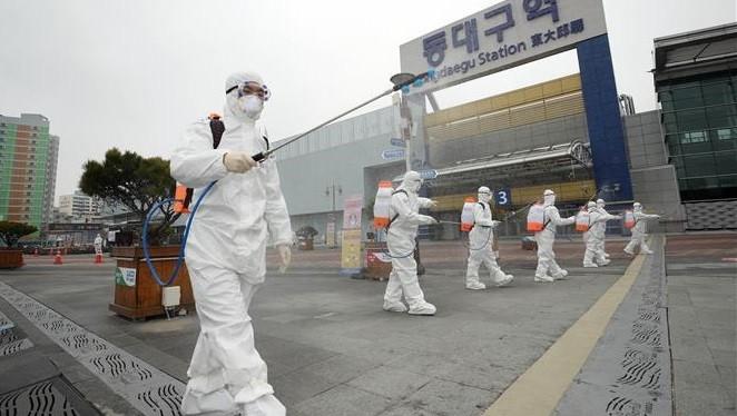 Lực lượng kiểm dịch phun thuốc khử trùng tại Daegu ngày 29/2/2020. Ảnh: YONHAP