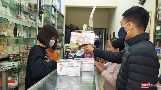Khẩu trang y tế và nước rửa tay là mặt hàng hiện vẫn đang chưa đủ đáp ứng nhu cầu phòng dịch của người dân. Ảnh: Anh Lê