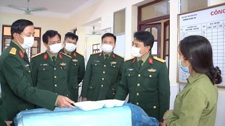 Đoàn kiểm tra công tác hậu cần phục vụ người cách ly. Ảnh: Báo Ninh Bình.