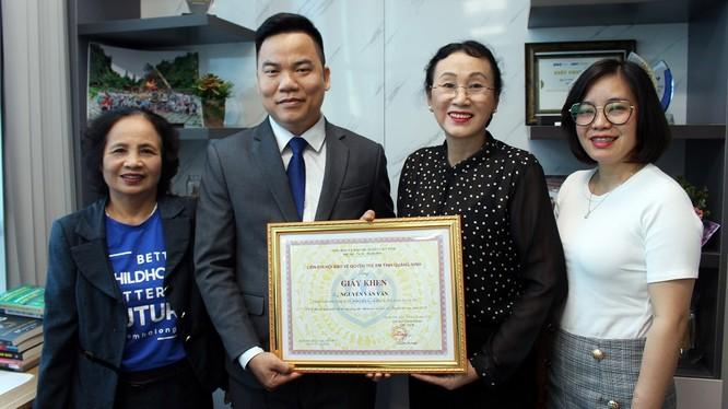 Ông Nguyễn Văn Văn nhận giấy khen của Liên chi hội Bảo vệ quyền trẻ em tỉnh Quảng Ninh. Ảnh: TD.