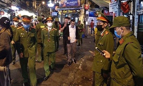 Công an quận Hoàn Kiếm hoàn thành cách ly toàn bộ người nghi nhiễm COVID-19. Ảnh: Hiệp Bình