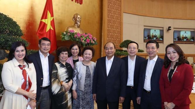 Thủ tướng Nguyễn Xuân Phúc và đại diện một số doanh nghiệp - Ảnh: VGP.