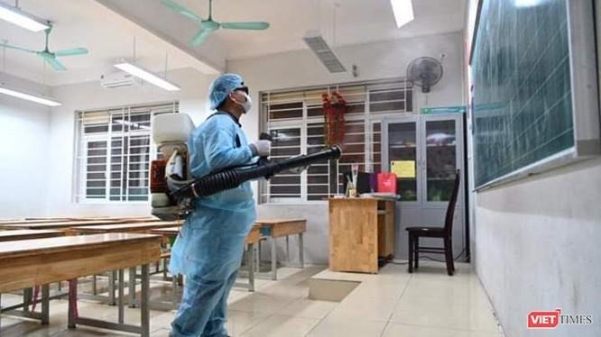 Phun khử sát khuẩn tại các trường học. Ảnh: HB.