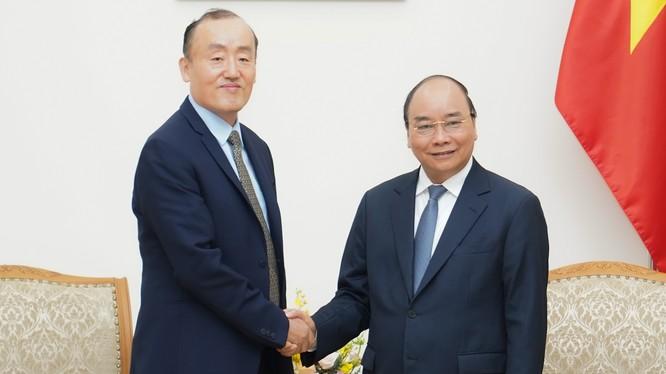 Thủ tướng Chính phủ Nguyễn Xuân Phúc tiếp Trưởng đại diện Tổ chức Y tế thế giới tại Việt Nam, TS. Kidong Park ngày 14/3. Ảnh: VPCP.