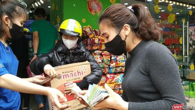 Tình trạng mua tích trữ thực phẩm đã từng xảy ra tại Hà Nội vào thời điểm phát hiện ca bệnh thứ 17 ở Trúc Bạch (Ba Đình, Hà Nội). Ảnh: Anh Lê.