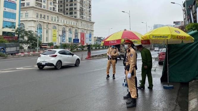 Từ 18h ngày 1/4, Công an TP. Hà Nội đã phối hợp Sở Giao thông vận tải Hà Nội triển khai lực lượng tại 30 điểm chốt đường bộ cửa ngõ ra vào Thủ đô. Ảnh: CA TP. Hà Nội.
