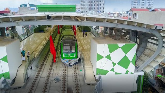 Phần đầu của đoàn tàu Cát Linh - Hà Đông đầu tiên tại điểm ga La Khê. Ảnh: Bộ GTVT.