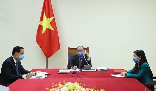 Thủ tướng Nguyễn Xuân Phúc điện đàm với Tổng thống Hàn Quốc Moon Jae-in. Ảnh: VPCP.