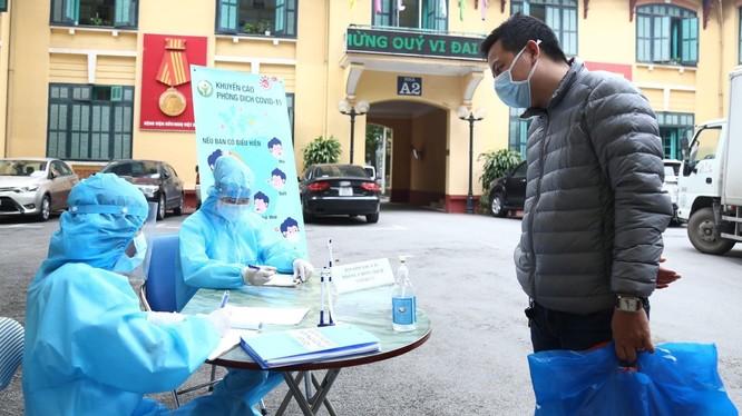 Bệnh viện đã tiến hành đo thân nhiệt và khai báo y tế cho người bệnh, người nhà người bệnh và nhân viên y tế khi đến viện tại tất cả các cổng của Bệnh viện. Ảnh: BV HN Việt Đức