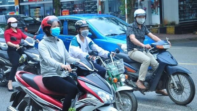 Người dân Hà Giang chỉ ra đường khi cần thiết và thực hiện nghiêm việc đeo khẩu trang. Ảnh: Hagiang.gov.vn