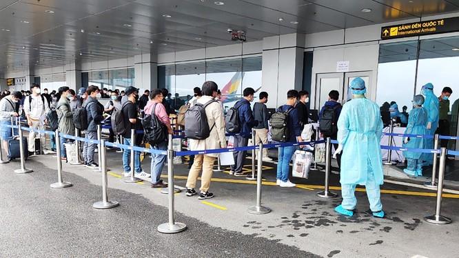 Các chuyên gia đến từ Hàn Quốc làm thủ tục nhập cảnh và kiểm tra y tế tại Cảng hàng không quốc tế Vân Đồn. Ảnh: UBND tỉnh Quảng Ninh.