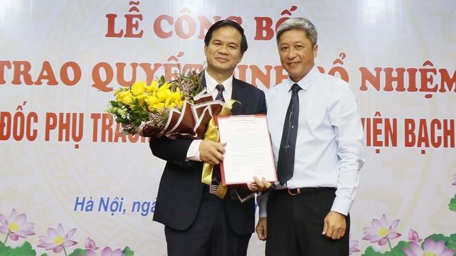 Thứ trưởng Bộ Y tế Nguyễn Trường Sơn trao quyết định bổ nhiệm PGS.TS Đào Xuân Cơ. Ảnh: bachmai.gov.vn.