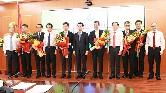 Bộ trưởng Nguyễn Mạnh Hùng trao quyết định cho các cán bộ. Ảnh MIC.