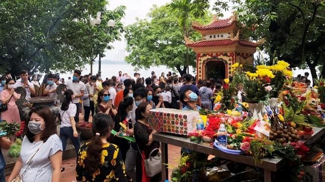 Bức ảnh Phủ Tây Hồ có quá đông người đến lễ bái trong ngày 1/7 âm lịch được truyền tay nhau trên MXH. Ảnh: Facebook.