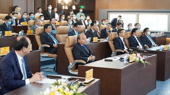 Thủ tướng Nguyễn Xuân Phúc và các đại biểu tại lễ khai trương Hệ thống TTBCQG và Trung tâm chỉ đạo, điều hành của Chính phủ, Thủ tướng Chính phủ.