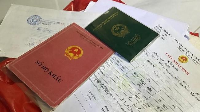 Người dân được tiếp tục sử dụng sổ hộ khẩu, sổ tạm trú đã được cấp cho đến hết ngày 31/12/2022. Ảnh: VGP.